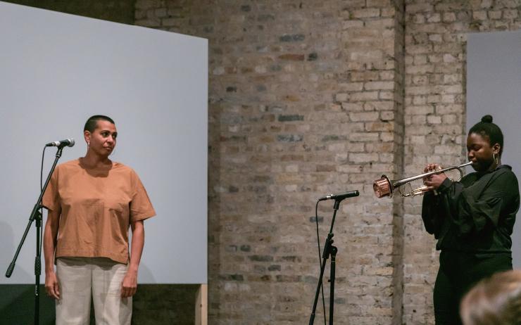 작품의 일부로 오페라 성악을 부르는 퍼포먼스 중인 헬렌 캠목(왼쪽).