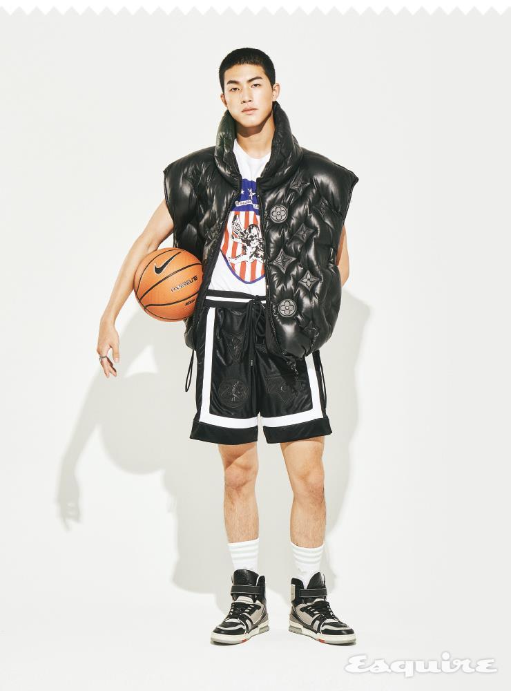 가죽 패딩 베스트, 하이톱 스니커즈, 페리테일 반지 세트 모두 가격 미정 루이비통. 티셔츠 가격 미정 크롬하츠. 쇼츠 11만9000원, 농구공 8만5000원 모두 나이키. 양말 1만9000원 아디다스 오리지널스.
