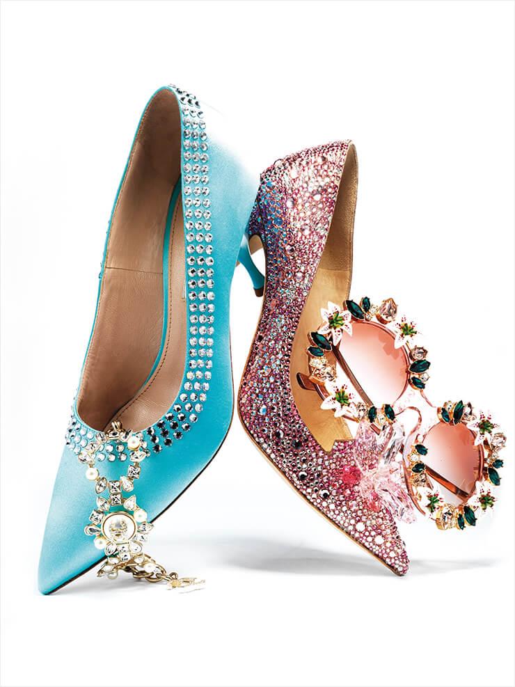 블루 컬러의 키튼 힐은 가격 미정, Miu Miu. 진주와 크리스털이 믹스된 브레이슬렛은 가격 미정, Chanel. 커다란 크리스털 오브제가 장식된 주얼 슈즈는 4백32만원, Jimmy Choo. 화려한 선글라스는 가격 미정, Dolce & Gabbana.