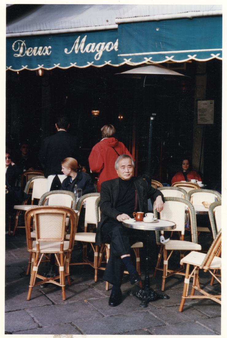 시몬 드 보부아르, 장 폴 사르트르, 알베르 카뮈, 마르그리트 뒤라스 등과 와인을 마시며 토론하던 단골 카페 레 되 마고의 테라스에 앉은 피터 현.