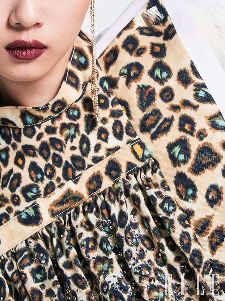 비즈와 크리스털, 스터드로 장식한 플리츠 블라우스는 가격 미정, Louis Vuitton. 드롭 이어링은 27만9천원, Swarovski.