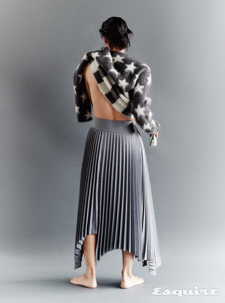 성조기 모티프 스웨터, 플리츠스커트 모두 가격 미정 루이비통.