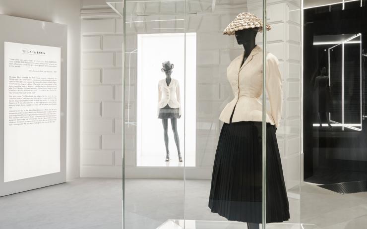 한 쿠튀리에의 마법 같은 비전과 대담한 열정. 이것이 어떻게 세대를 아우르는 여성들에게 영감을 주는 패션 하우스가 되었는지, 그 여정에 관해 이야기한다.