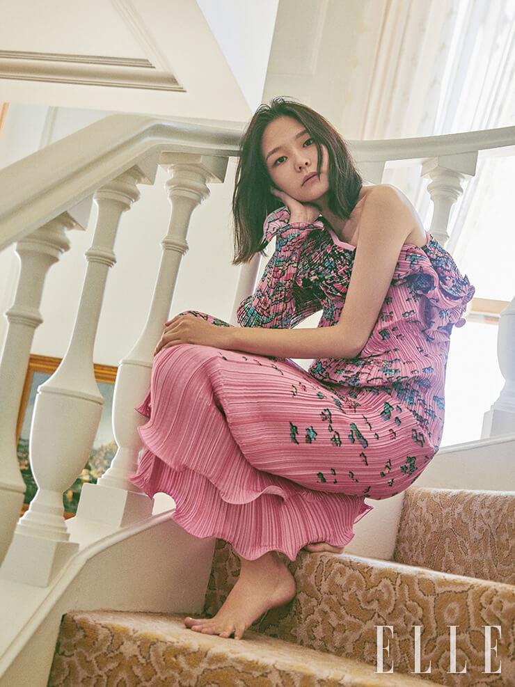 플리츠 디테일의 플라워 프린트 드레스는 가격 미정, Givenchy.