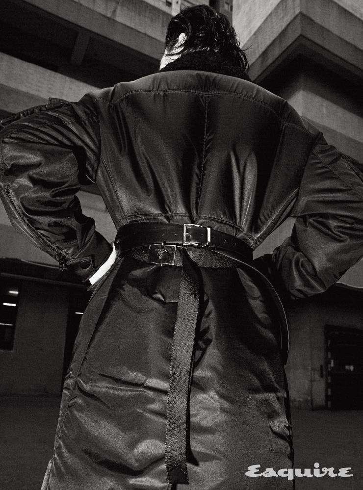 시어링 칼라의 나일론 코트, 팬츠, 가죽 벨트, 패브릭 벨트 모두 가격 미정 프라다.