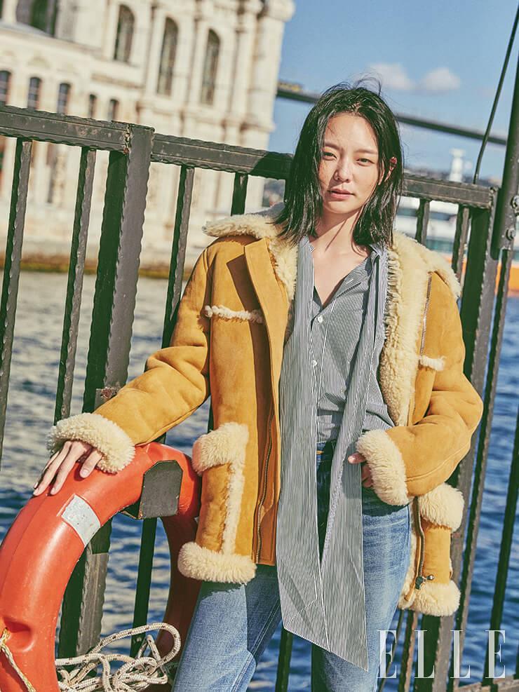캐멀 컬러의 무통과 스트라이프 셔츠, 데님 팬츠는 가격 미정, 모두 Celine by Hedi Slimane.