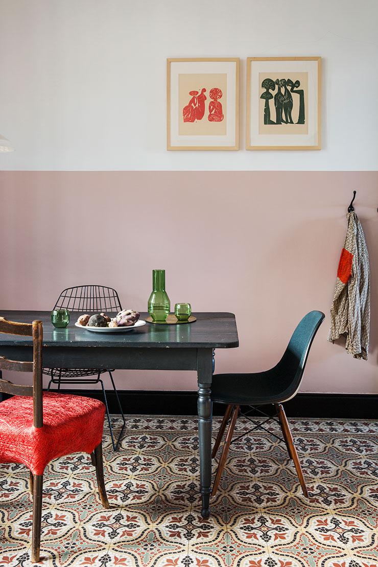 빈티지 식탁이 페인트칠을 한 핑크색 벽과 오리지널 바닥 타일과 대조를 이룬다. 벽에 걸린 1950년대의 목판화는 독일 아티스트 헬무트 안드레아스 파울 그리스하버(HAP Grieshaber)의 작품. 'SM05 와이어 체어'는 Pastoe. 식탁 위 그린 컬러의 유리 물병과 잔은 Laboratorio 2729. '레브볼 체어'는 Chevalier Masson.