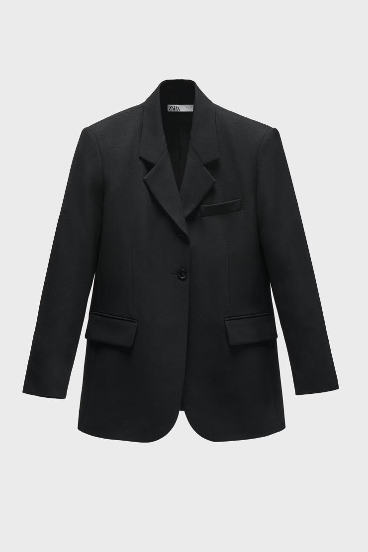 클래식한 디자인의 재킷은 16만9천원, Zara