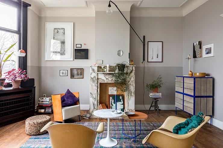 재스퍼 모리슨이 디자인한 '코르크 스툴'은 Vitra. 'MVS S88' 의자는 Maarten Van Severen. 대리석 소재의 '튤립' 커피 테이블은 Knoll. 옆에 놓인 찰스 & 레이 임스 부부가 디자인한 '파이버 글라스' 의자들은 Vitra. 벽에 설치한 '포텐스' 조명등은 장 프루베가 디자인한 제품으로 Vitra. 대리석 테이블 위의 양초와 그 옆에 놓인 테이블의 다리, 벽 앞 수납장의 일관된 블루 컬러가 공간의 컬러감을 살려준다. 블루 컬러의 다리를 가진 테이블은 Studio Helder. 수납장은 Vij5.