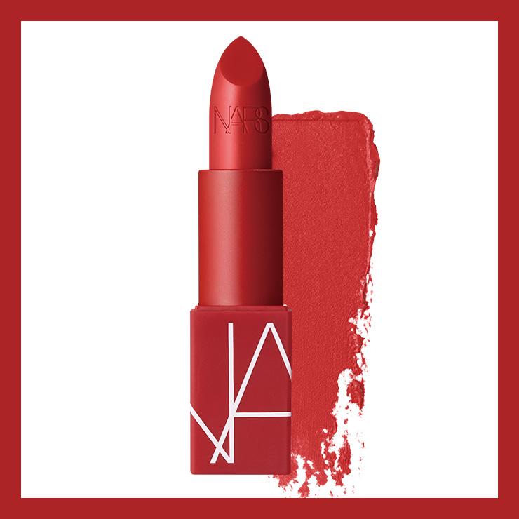 비비드한 쿨 톤 레드. 브랜드를 탄생시킨 12개의 립스틱이 특별한 레드 패키지로 재탄생된 아이코닉 립스틱 컬렉션 오리지널 립스틱, 정글 레드, 3만9천원, Nars.