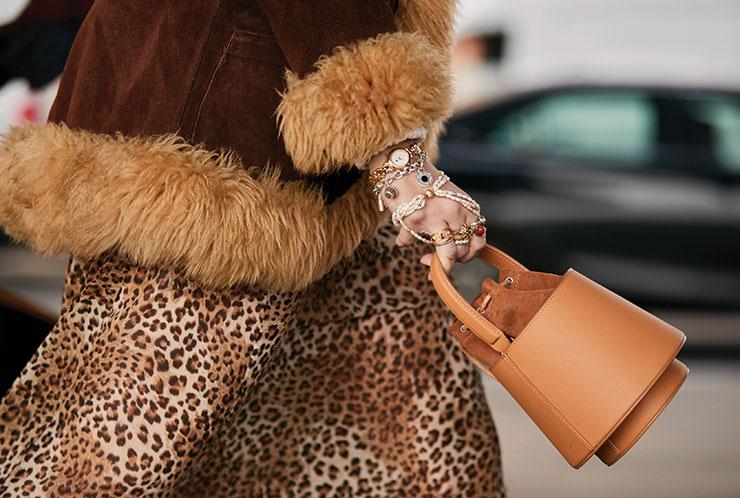 골드 체인 워치와 참 팔찌, 진주와 골드, 유색석을 믹스한 링이 만들어낸 맥시멀 하모니.