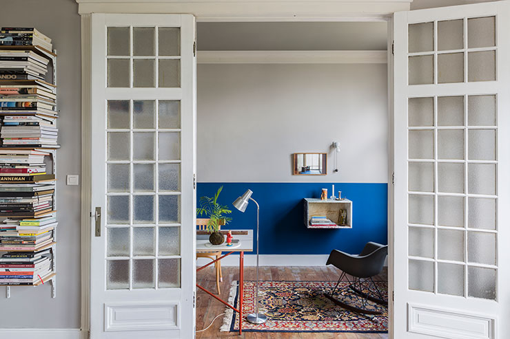 서재 벽면에 붙어 있는 '마블 박스' 책상은 Muller Van Severen. 빈티지 러그 위에 놓인 차콜 컬러의 한정판 흔들의자 'RAR 로킹 체어'는 찰스 & 레이 임스가 디자인한 제품으로 Vitra. 왼쪽의 테이블은 에곤 아이어만이 디자인했다. Richard Lampert.