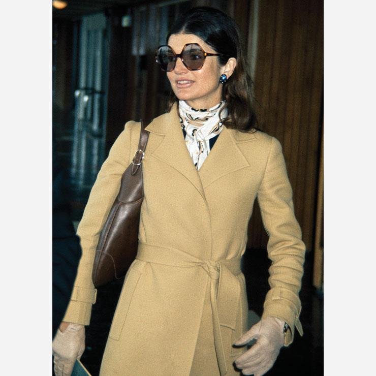 클래식한 코트에 스카프와 선글라스로 포인트를 준 재클린 케네디 오나시스.