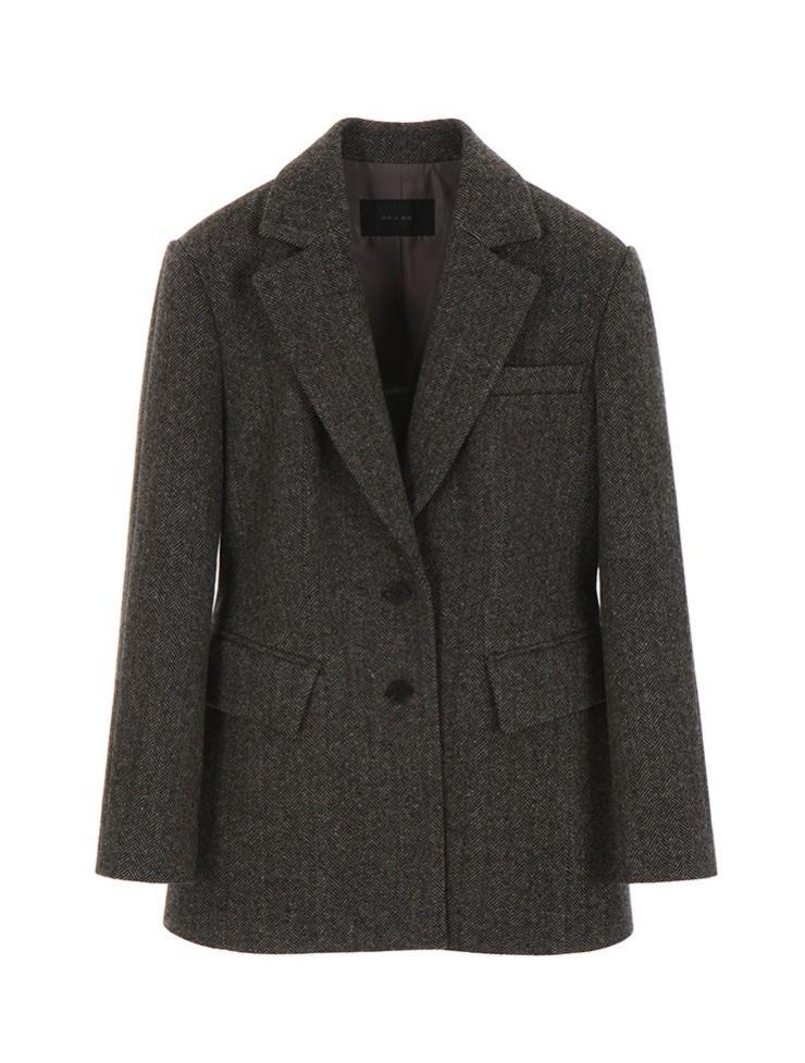 슬림한 실루엣으로 연출 가능한 헤링본 재킷은 45만9천원, On & On