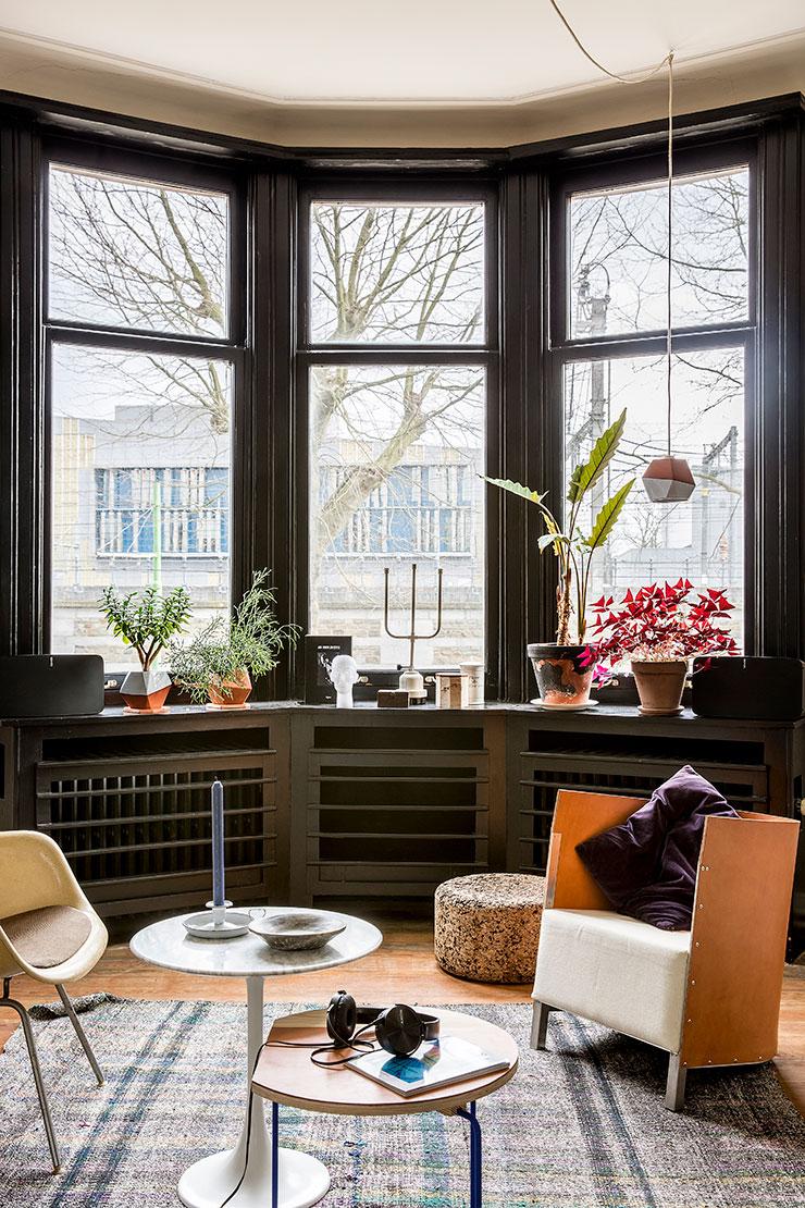 거실 창가를 장식한 기하학적 디자인의 작은 전등갓과 화분들은 영국 디자이너 닉 프레이저가 디자인했다. '코르크 스툴'은 Vitra. 'MVS S88' 의자는 Maarten Van Severen. 대리석 소재의 '튤립' 테이블은 Knoll.