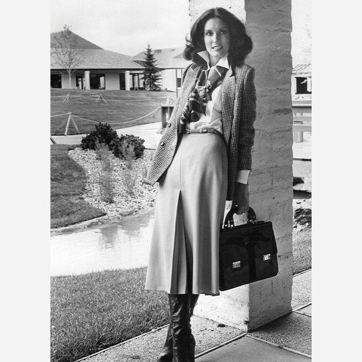 1970년대 오피스 걸 스타일. 셀린느의 룩과 매우 흡사하다.