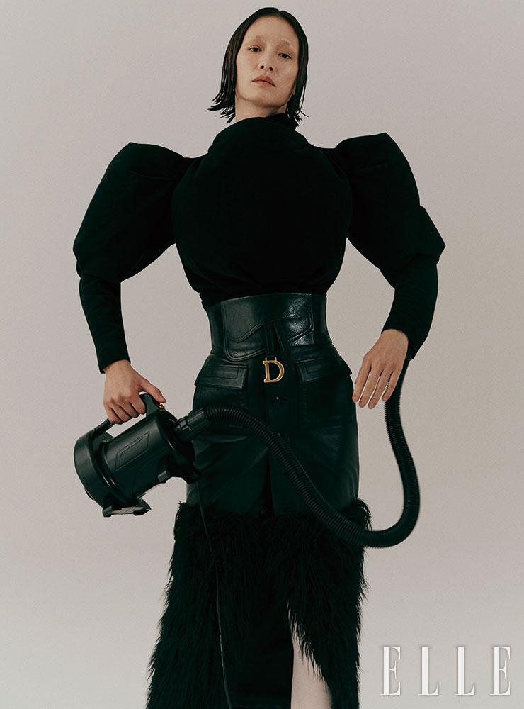 파워 숄더 스웨이드 톱은 1백8만원, Isabel Marant. 와이드 벨트는 가격 미정, Dior. 퍼 장식의 슬릿 스커트는 가격 미정, Saint Laurent by Anthony Vaccarello.