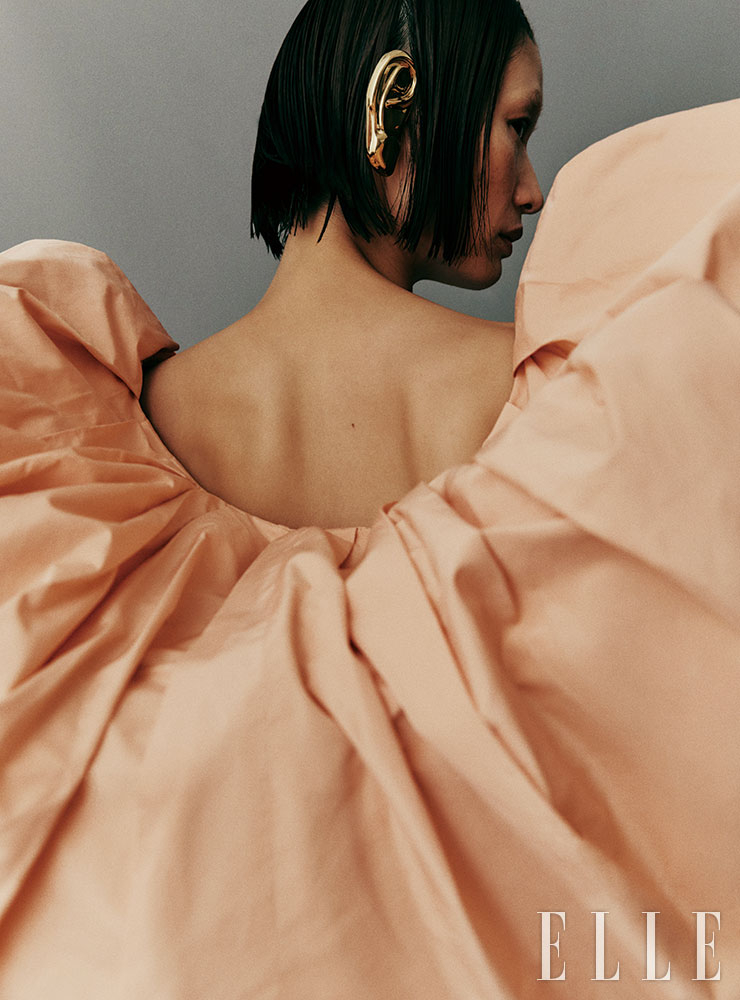 풍성한 볼륨감이 돋보이는 피치 컬러 미니드레스는 가격 미정, Givenchy. 골드 이어 피스는 51만원, Gucci.