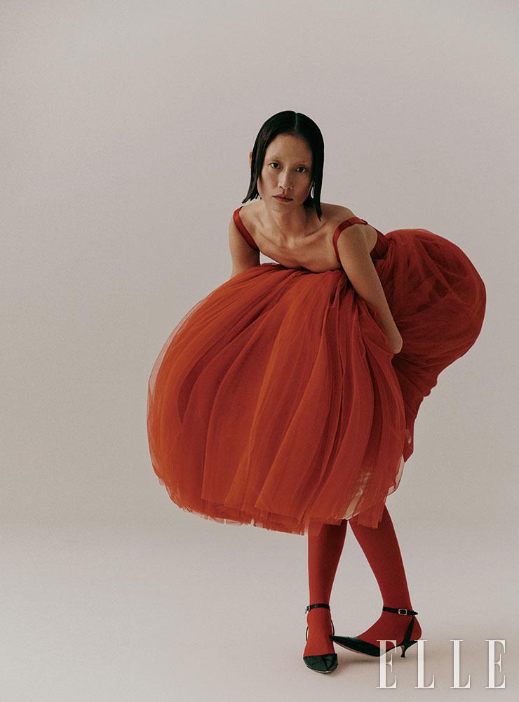 레드 컬러 뷔스티에 드레스는 가격 미정, Dolce & Gabbana. 키튼 힐 스트랩 슈즈는 가격 미정, Dior. 무릎 패드는 38만원, Gucci.