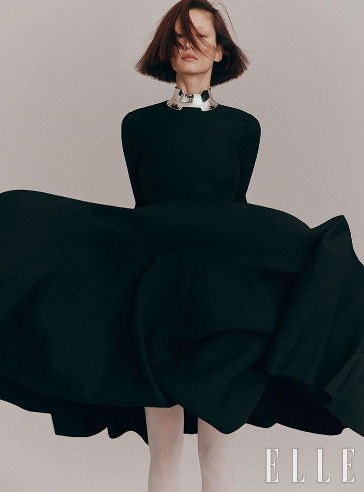 플레어 롱 드레스는 가격 미정, Valentino-Undercover. 메탈릭 네크리스는 가격 미정, Hermès.
