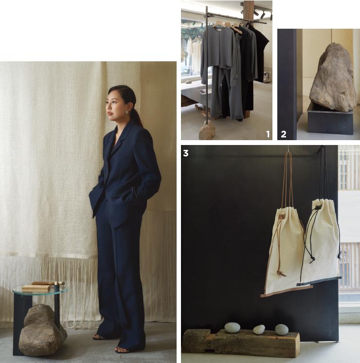 1 2019 S/S 시즌의 화이트 셔츠와 쌀 포대에서 영감 받은 가방. 2 차분한 컬러 팔레트가 특징인 2019 F/W 컬렉션. 3 쇼룸 한편에 놓인 돌 오브제.