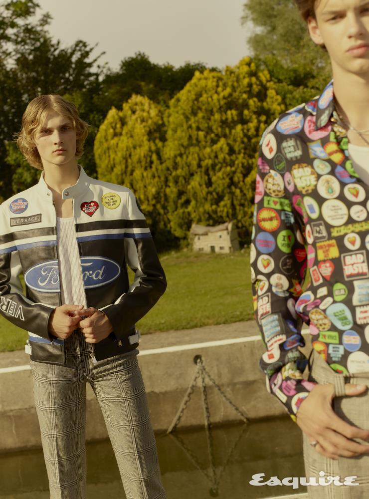 (왼쪽) 가죽 재킷 4490파운드, 슬리브리스 톱 40파운드, 팬츠 805파운드 모두 베르사체. (오른쪽) 새틴 셔츠 1075파운드, 슬리브리스 톱 40파운드, 팬츠 805파운드 모두 베르사체.
