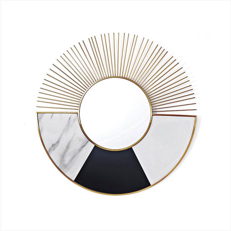 패턴과 골드 컬러의 브라스가 눈에 띄는 거울. 벽면을 단숨에 아트 월로 만들어준다. 77만원, Kare.