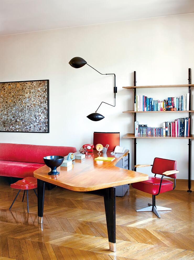 거실 한편의 책상과 책장, 회전의자 모두 장 프루베가 디자인한 것. 빈티지 스콘스 조명은 세르주 무이 제품. 벽면에 걸린 그림은 장 뒤뷔페의 작품이다.