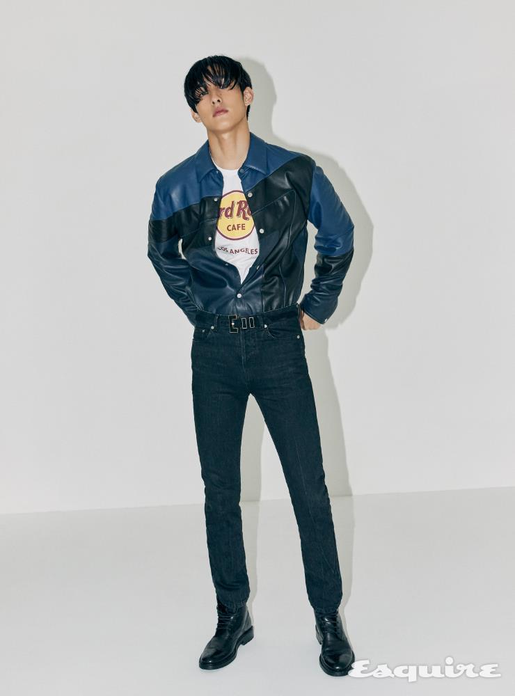 가죽 셔츠 가격 미정 에르메스. 티셔츠 가격 미정 하드 락 카페. 검은색 팬츠, 레이스업 부츠, 스웨이드 벨트 모두 가격 미정 생 로랑 by 안토니 바카렐로.