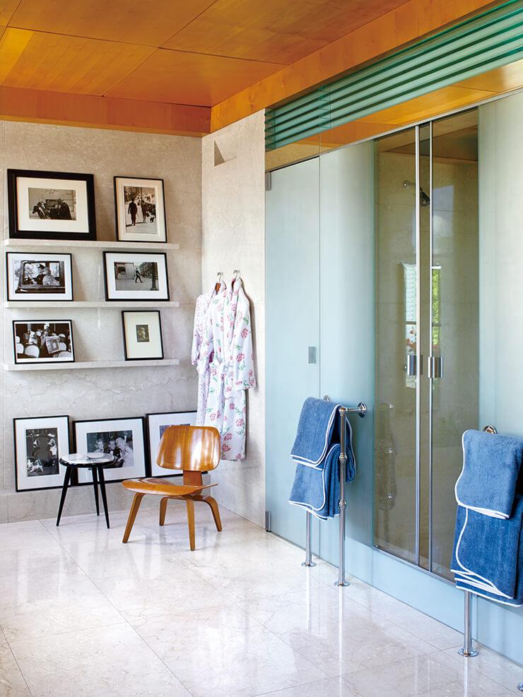 유명 사진작가 루이스 포러, 개리 위노그랜드 등의 사진으로 입구를 장식한 안방 욕실. 아담한 크기의 찰스 임스 빈티지 체어가 공간에 포인트를 준다.