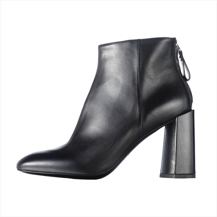 목가적인 굽 장식의 앵클부츠는 75만9천원, Premiata by Han Style Shoe.