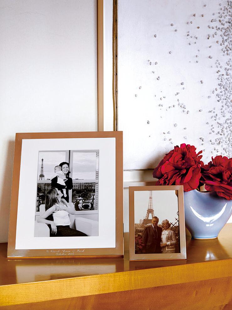 꽃병 옆에 진열돼 있는 가족사진.