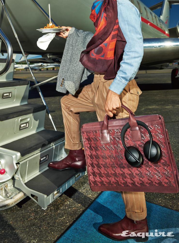 재킷 3995달러, 셔츠 795달러, 팬츠 1345달러 모두 브루넬로 쿠치넬리. 부츠 1635달러 에드워드 그린. 스카프 950달러 고야드. 가방 3390달러 꼬르넬리아니. 헤드폰 400달러 보스.