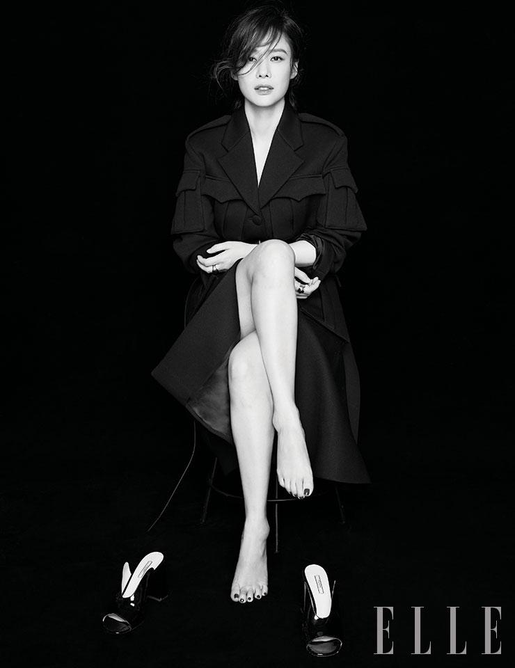 블랙 코트와 레더 벨트, 에나멜 슈즈는 모두 Prada.