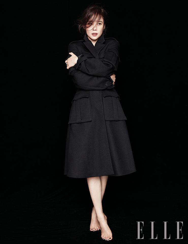 블랙 코트와 레더 벨트는 모두 Prada.