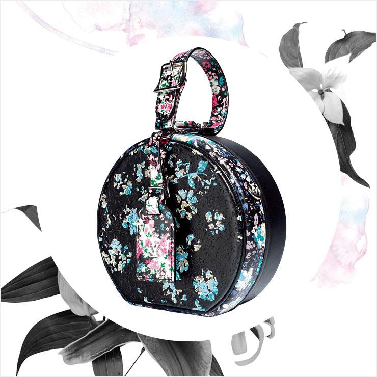 다크한 컬러와 서정적인 프린트가 어우러진 토트백은 5백만원대, Louis Vuitton.