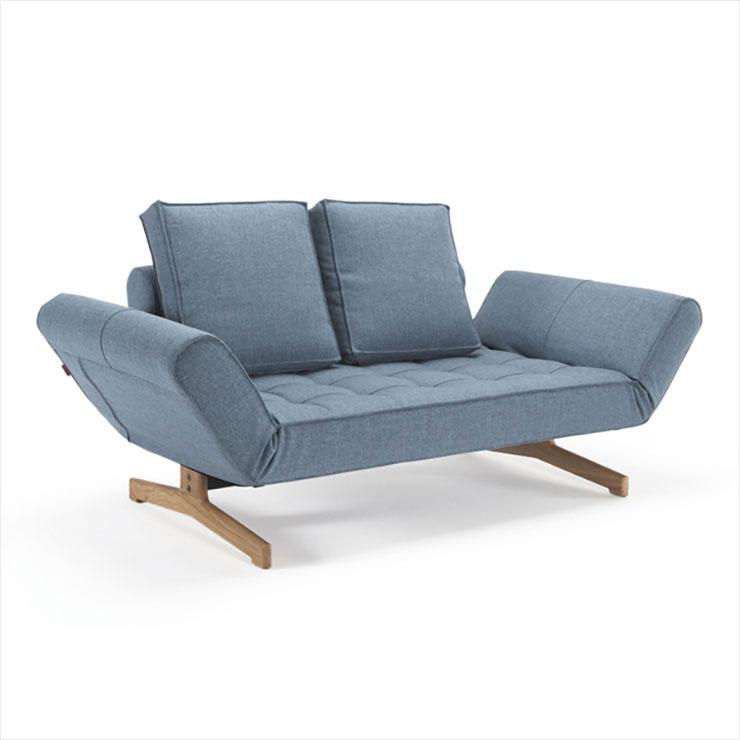 양쪽 사이드를 조절해서 소파 혹은 싱글 침대로 사용할 수 있는 '기아' 데이베드는 1천6백만원, Innovation Living by Innometsä.