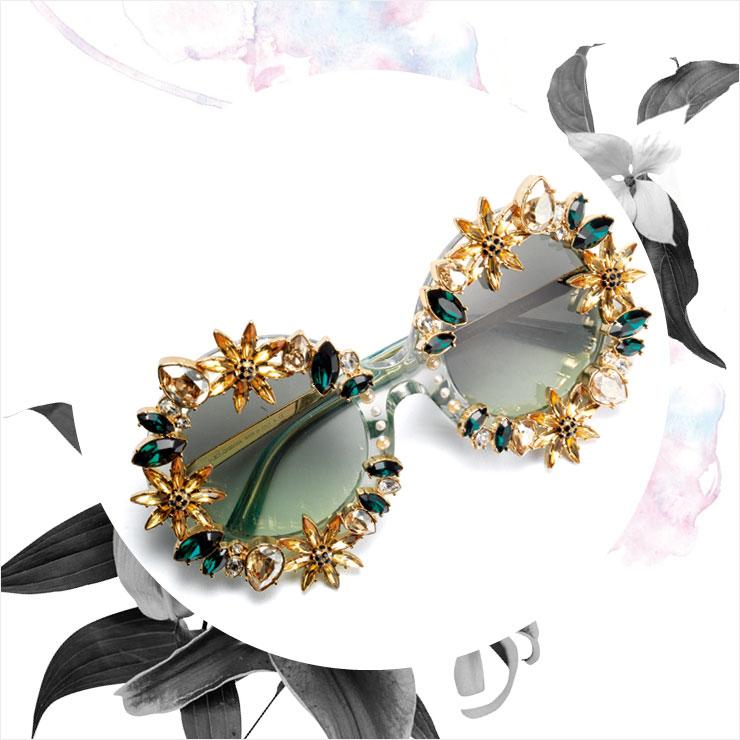 커다란 프레임에 젬스톤 장식을 더한 선글라스는 가격 미정, Dolce & Gabbana.
