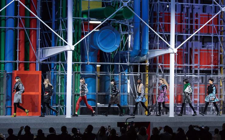 파리 퐁피두 센터부터 격납고, 시집까지 패션 디자이너들의 영감은 무대 디자인에도 이어진다.