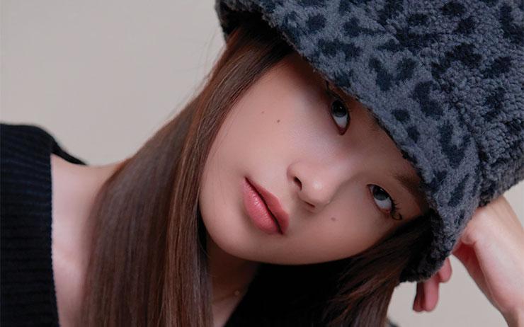 여자 아이돌처럼 모자 하나만으로 스타일리시한 포인트를 주고 싶다면 주목! 모자와 찰떡베베인 헤어&메이크업 한 끗 차 스타일링 비법을 전수한다.