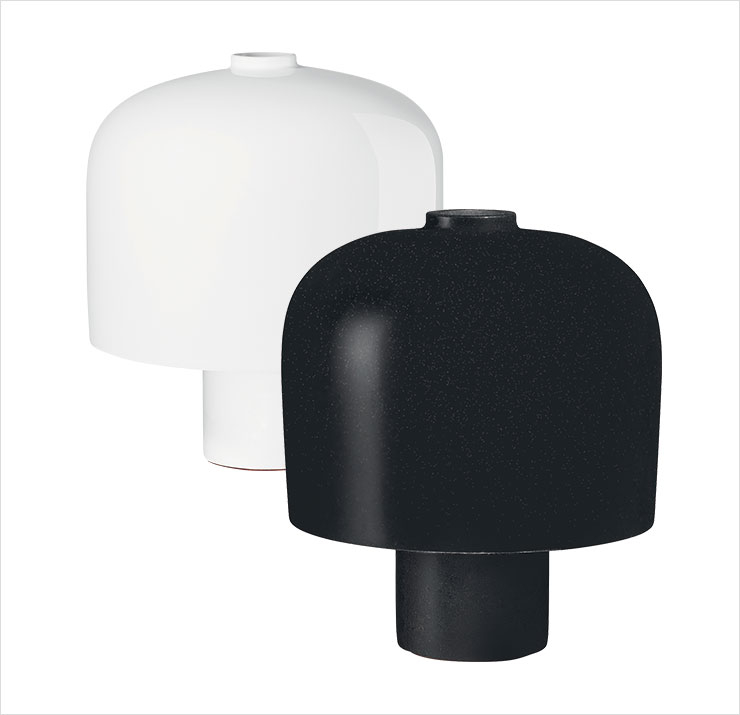 블랙 컬러는 화강암, 화이트 컬러는 도자기로 영국의 디자이너 듀오 바버 & 오스거비가 소재의 강점에 집중해 만든 '할로'와 '헤케이트' 램프는 가격 미정, Hermès.