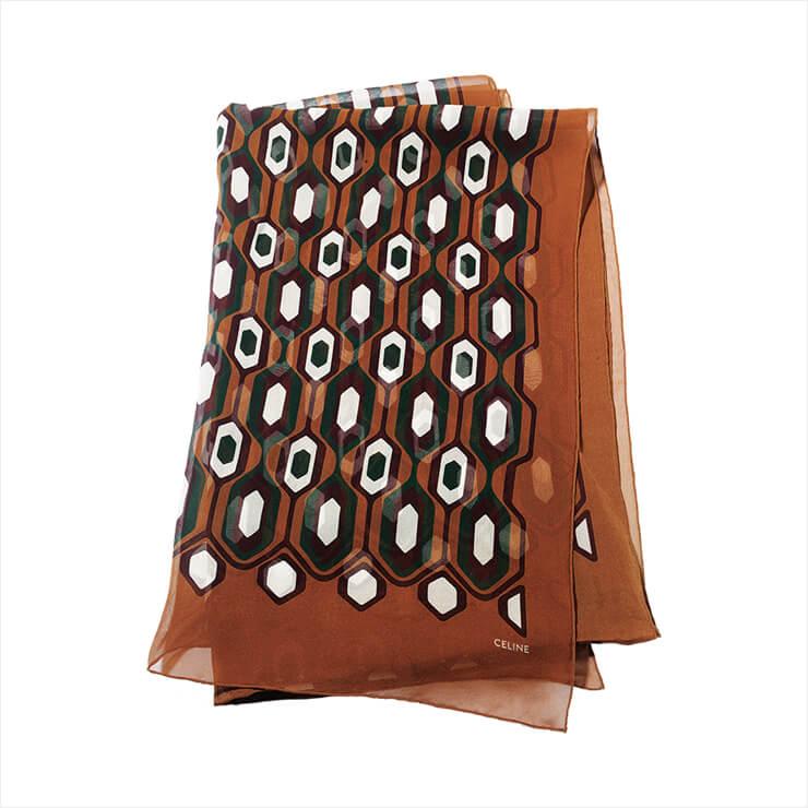 클래식한 그래픽 패턴이 돋보이는 스카프는 70만원, Celine by Hedi Slimane.