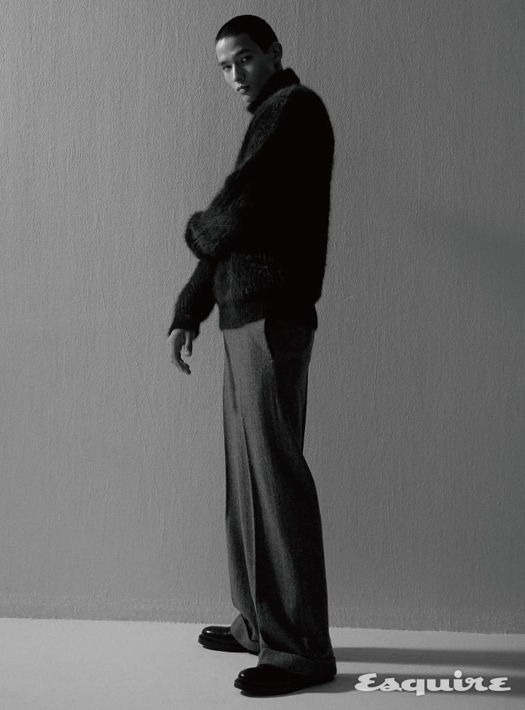청록색 앙고라 터틀넥 스웨터 45만9000원. 회색 투톤 와이드 핏 팬츠 23만9000원 모두 티아이포맨.