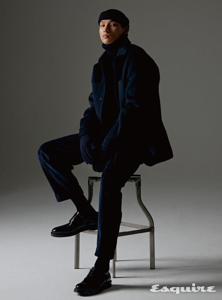 남색 캐시미어 CPO 재킷 32만9000원. 남색 골조직 터틀넥 스웨터 23만9000원. 남색 코듀로이 투 턱 팬츠 27만9000원. 니트 모자 7만9000원. 니트 장갑 7만9000원 모두 티아이포맨.