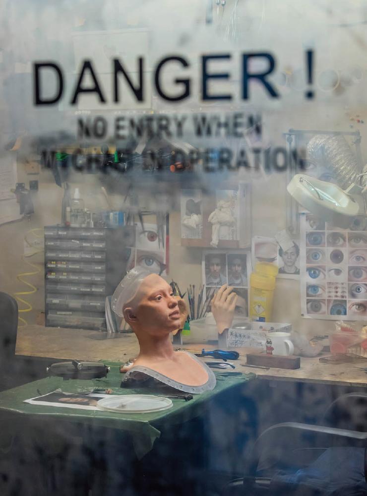 세계 최초 휴머노이드 드로잉 로봇 아이다가 만들어지고 있는 연구소의 풍경. 아이다의 팔은 리즈 대학교, 몸통은 로봇 전문회사 엔지니어드 아트, 알고리즘은 옥스퍼드 대학교의 과학자들이 연구 개발했다.