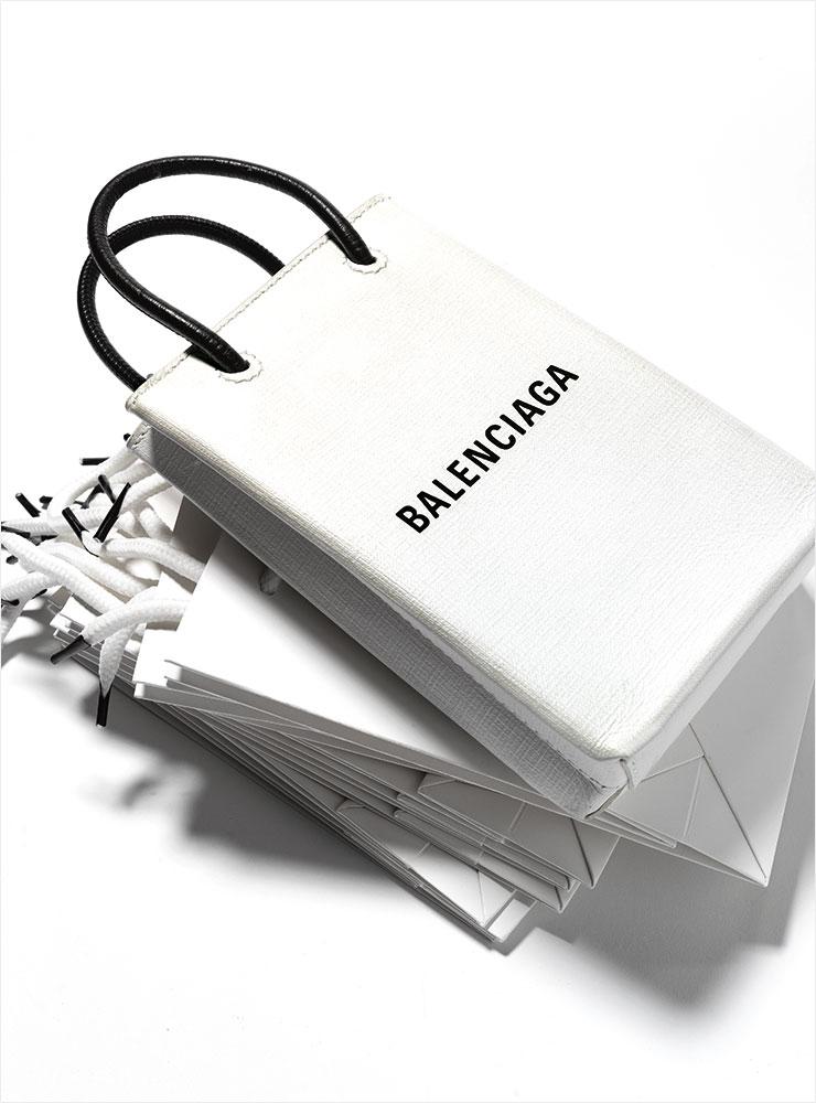 미니 쇼핑백을 연상시키는 '폰 홀더' 백은 99만원, Balenciaga.