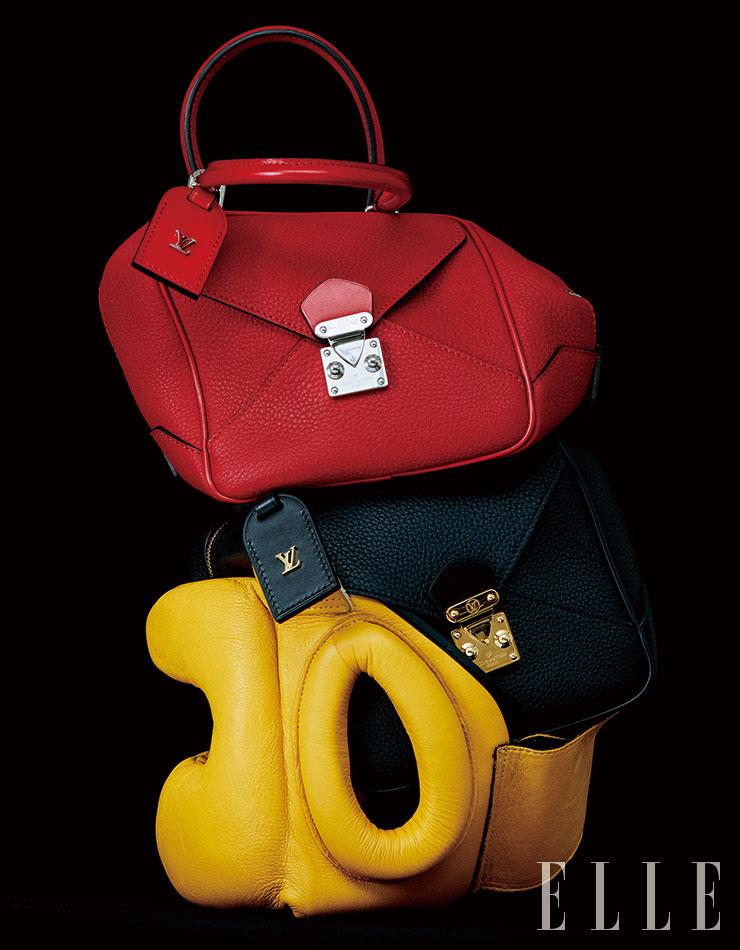 하우스의 아이코닉한 잠금 장식이 더해진 큐브 형태의 '네오 스퀘어 백(Ne′o Square Bag)'은 모두 Louis Vuitton.