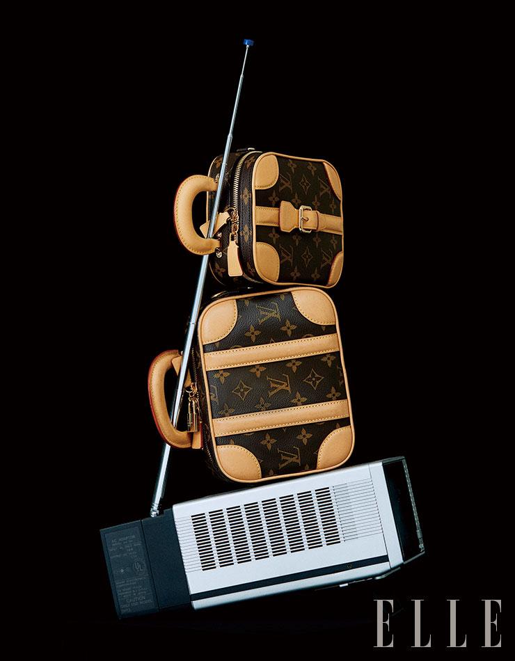 아이코닉한 모노그램 러기지 백을 재해석한 '미니 러기지 비비(Mini Luggage BB)'와 '미니 러기지 버티컬(Mini Luggage Vertical)' 백은 모두 Louis Vuitton.