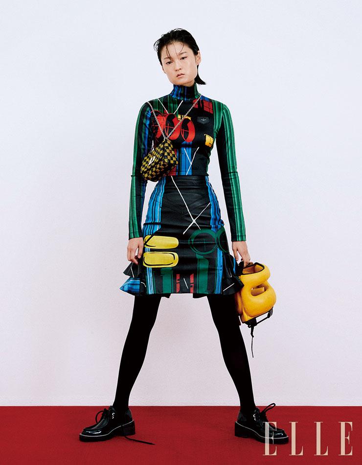 퐁피두 센터의 아이코닉한 파이프 외관을 연상시키는 프린트 티셔츠와 러플 스커트, 플랫폼 더비 슈즈, 퀼팅백은 모두 Louis Vuitton.