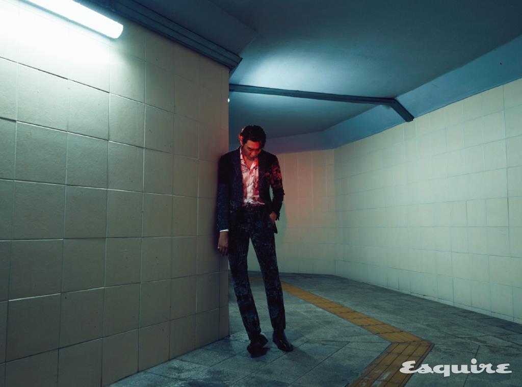 재킷, 셔츠, 팬츠 모두 에트로. 레이스업 슈즈 벨루티. 벨트 생 로랑 by 안토니 바카렐로. 반지 까르띠에.